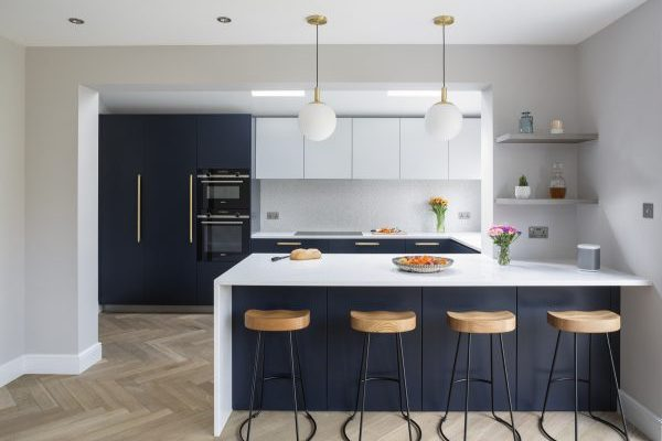 Blue Bespoke Kitchen Design ang Gold Handle